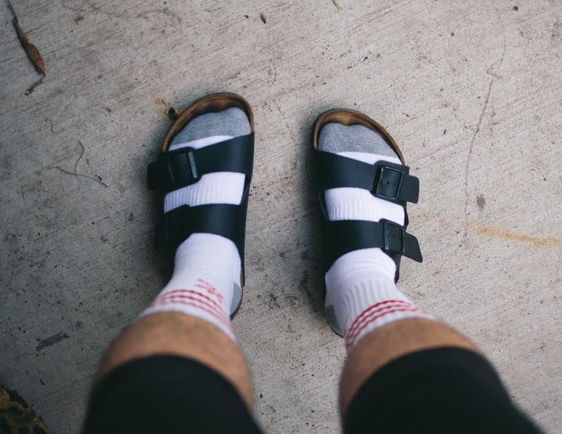 sandalen bij mannen met witte sokken gecombineerd