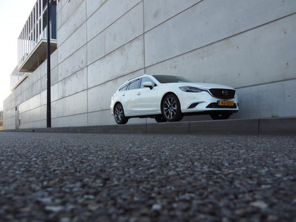 Mazda blik vanuit rechts voor op de auto