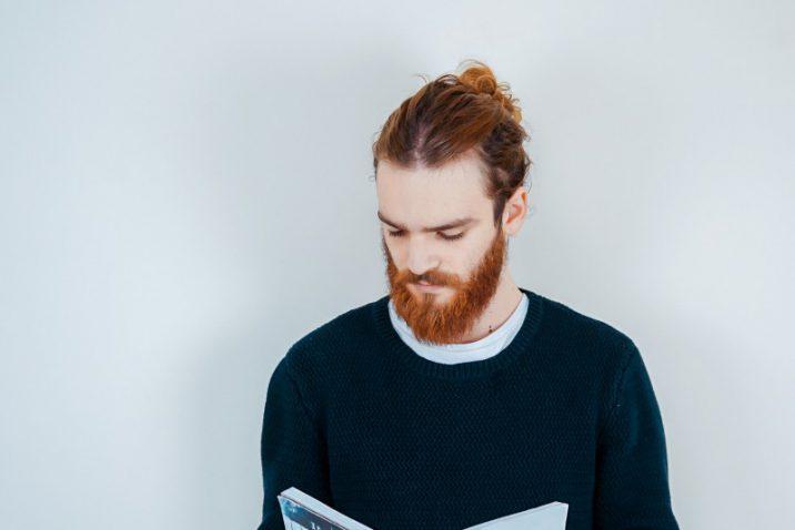 zwarte trui gecombineerd met een wit shirt