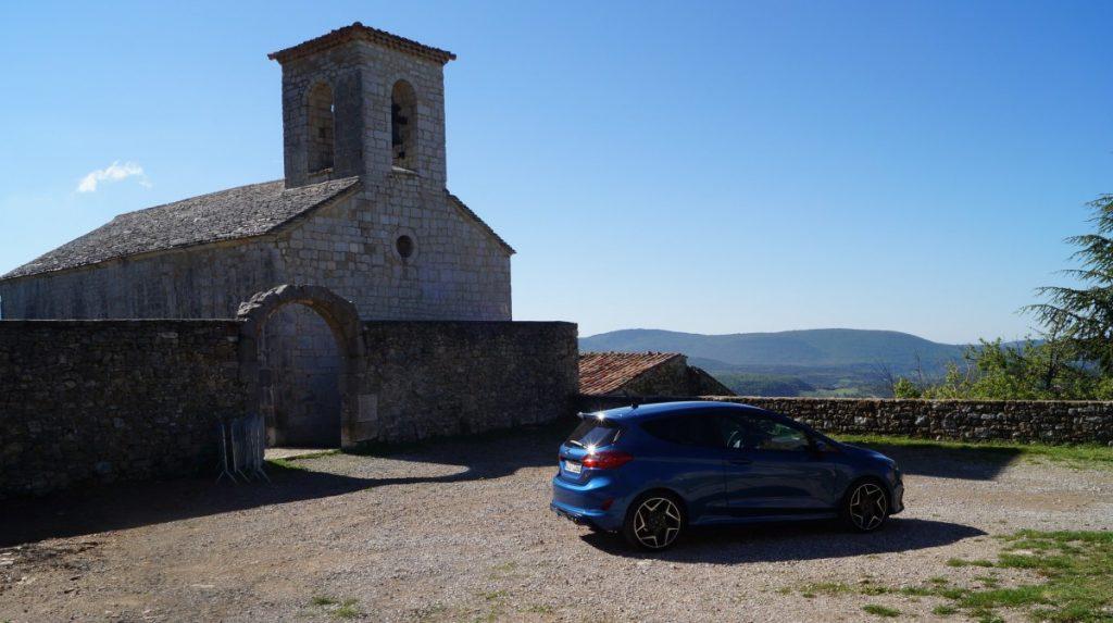 De blauwe Ford Fiesta ST tegen een blauwe lucht