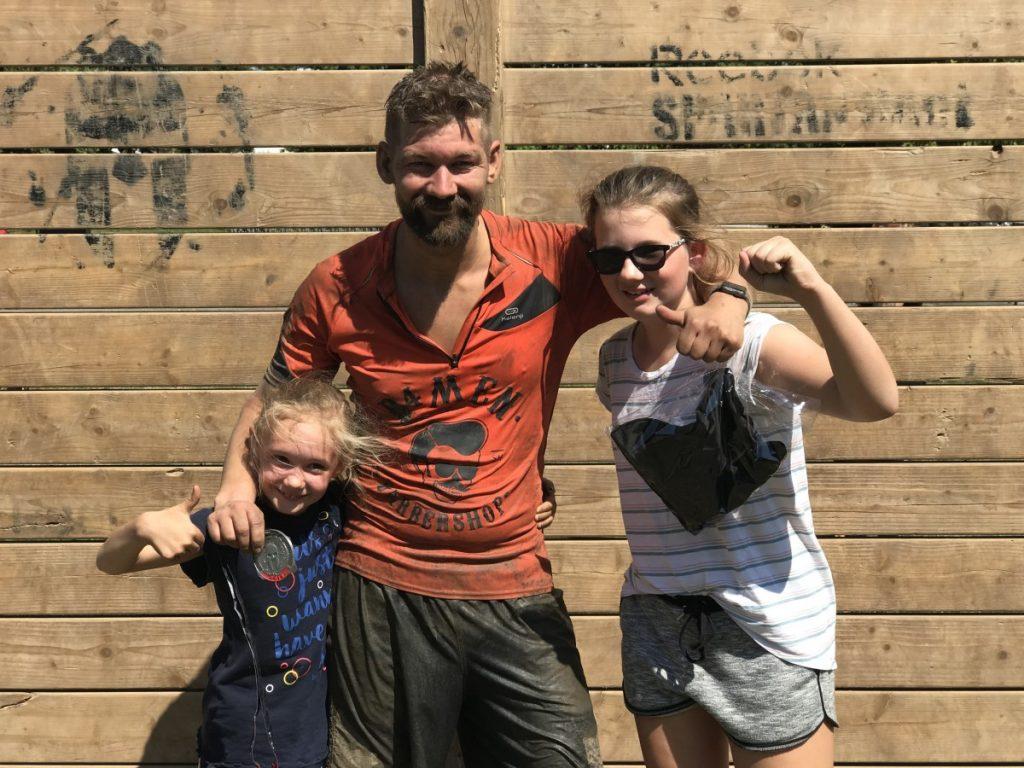 Jan Willem met dochters na de spartan