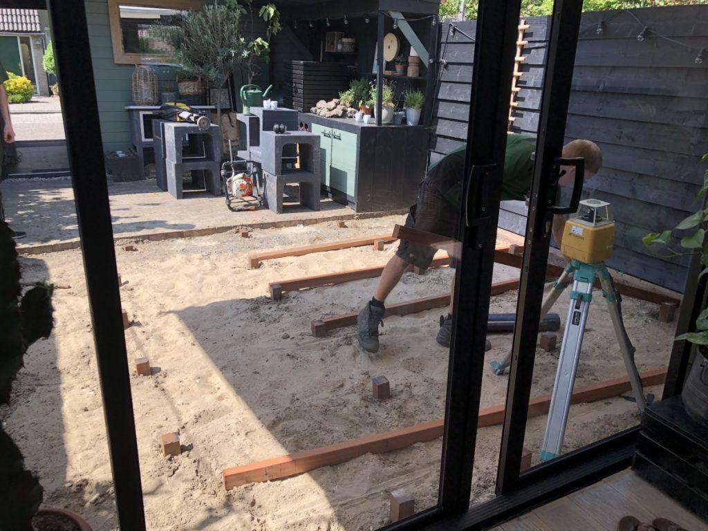 aanleg houten vlonder in de tuin