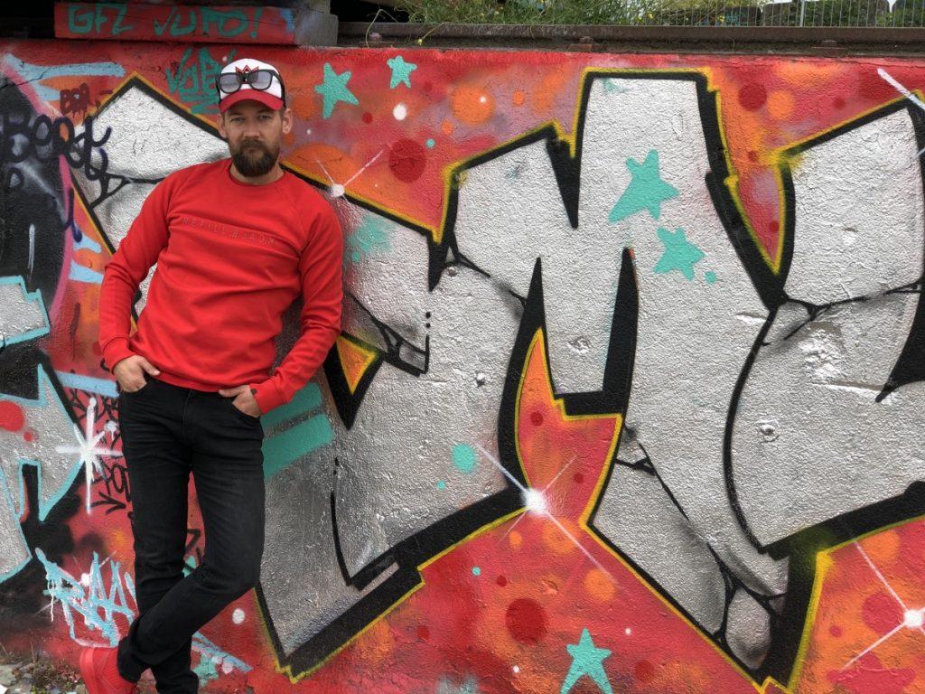 Stoere outfit van B4men met Jeans van Shoeby Hoofddorp Paradijs, Trui van Shoeby Hoofddorp Paradijs, Schoenen van Reebok, Pet van Lekker Amsterdam en Bril van Luiz David.