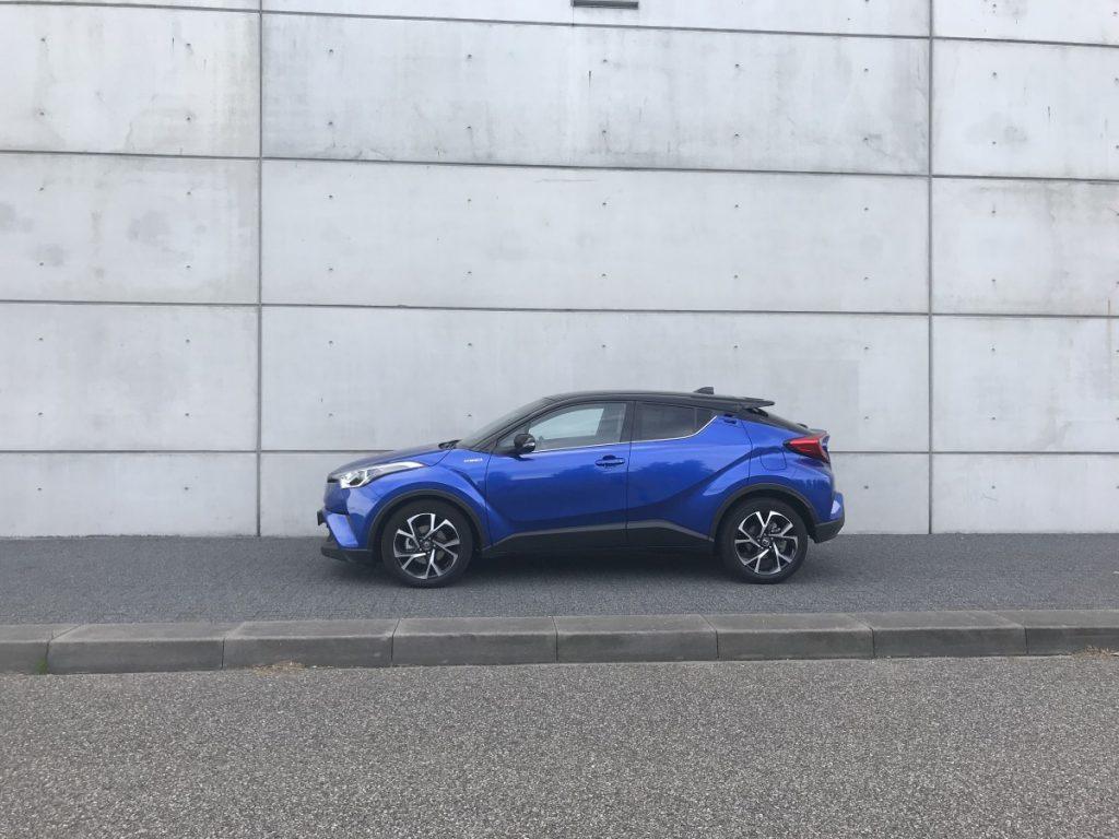 Toyota C-HR Adventure 1.8 hybride zijaanzicht van ver af