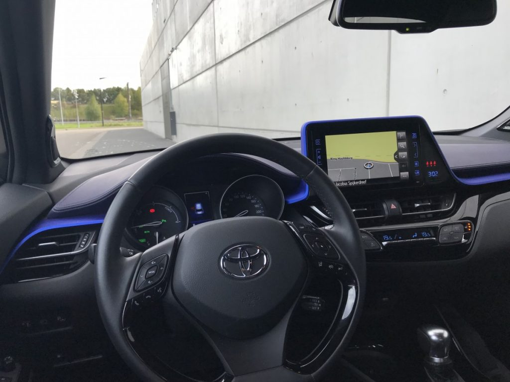 Toyota C-HR Adventure 1.8 hybride dashboard