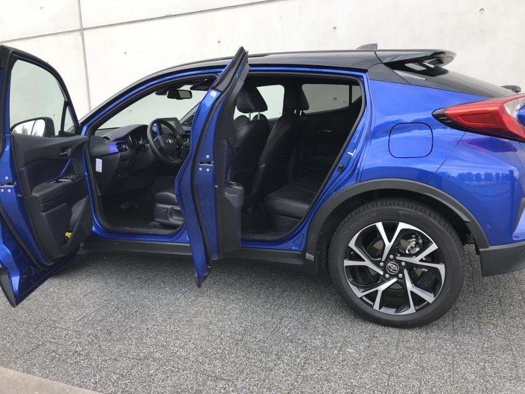 Toyota C-HR Adventure 1.8 hybride van buiten naar binnen zicht