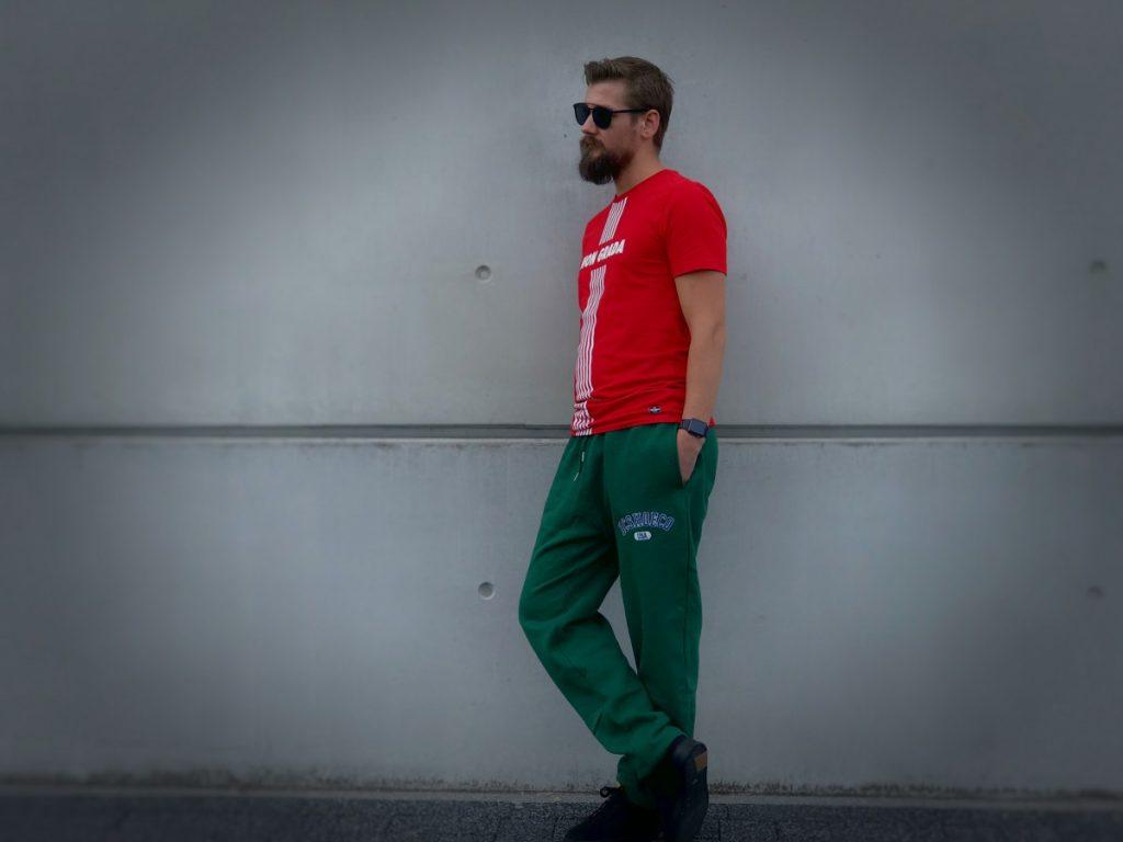 Groene Joggingbroek van DC Shoes en rood shirt van Non Grada