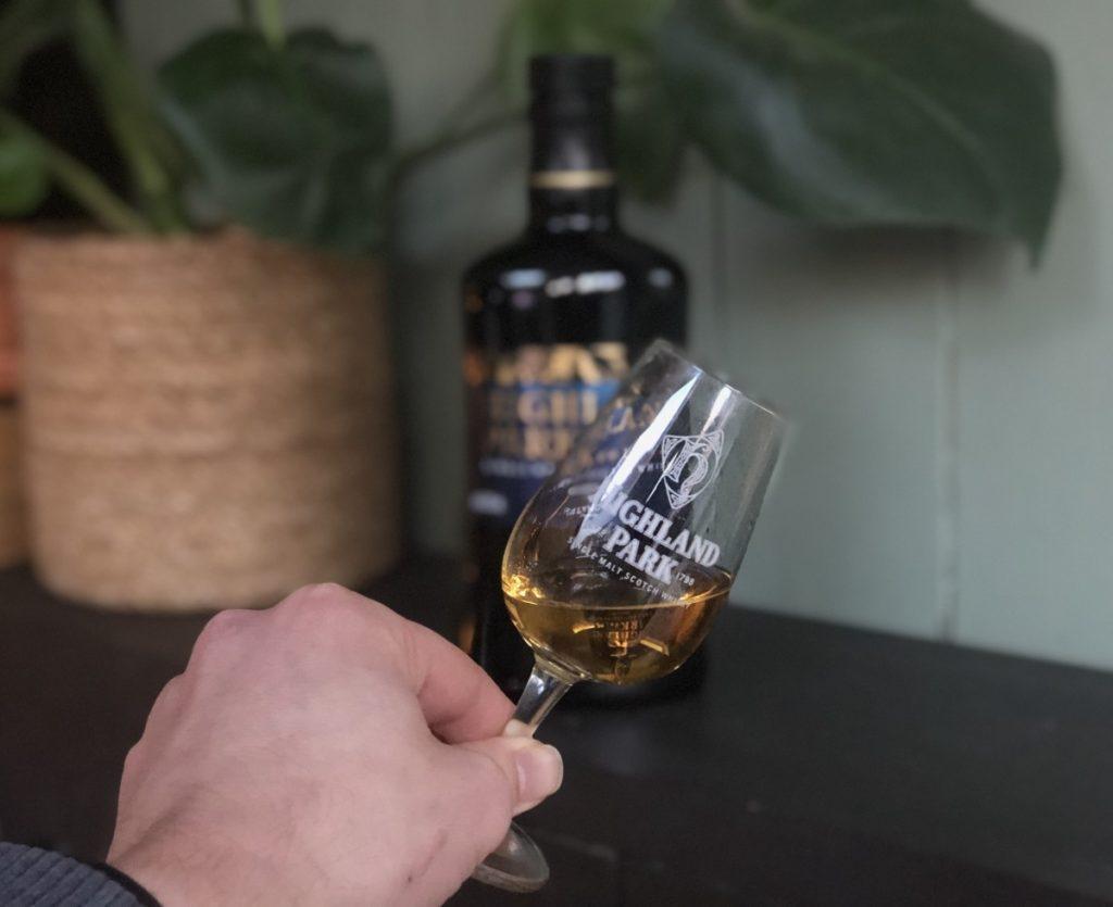 Jan Willem Huffmeijer houd het glas met Highland Park Valknut vast voor de proefnotitie