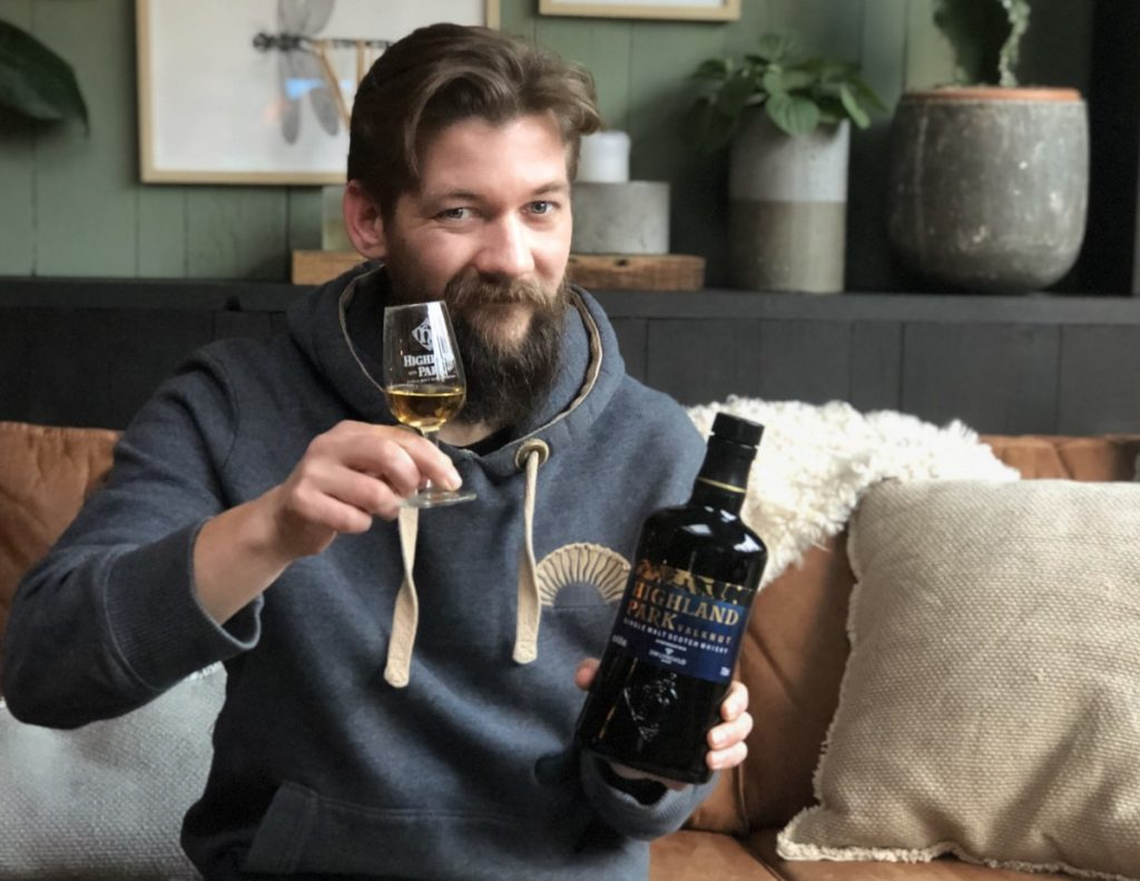 Jan Willem Huffmeijer proost met de Highland Park Valknut