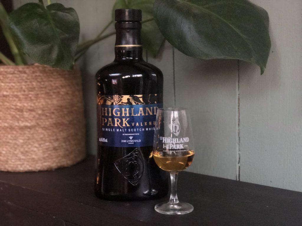 Fles en glas van de Highland Park Valknut