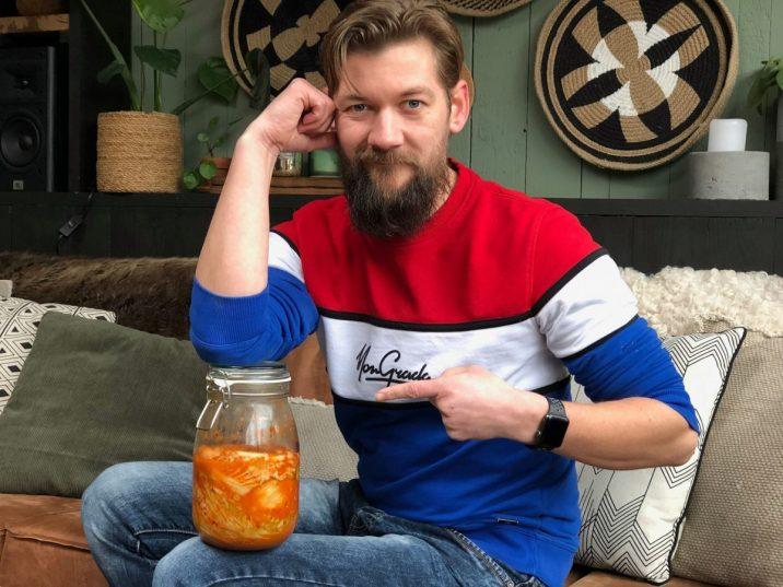 Jan Willem met een pot kimchi