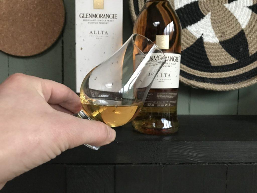 Glas met whisky in mijn hand om te proeven