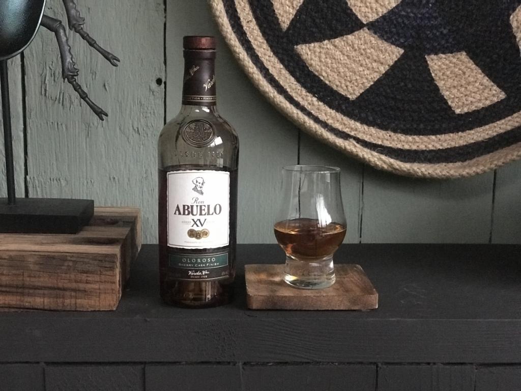 Fles en glas met de Oloroso van Abuelo rum