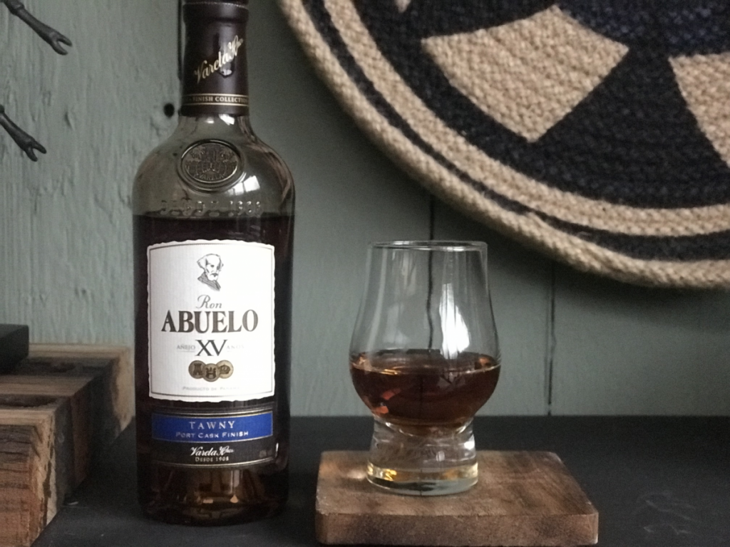 Fles en glas van de Tawny uit de Ron Abuelo Finish Collection