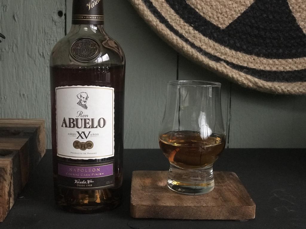 Fles en Glas van de Napoleon uit de Abuelo rum