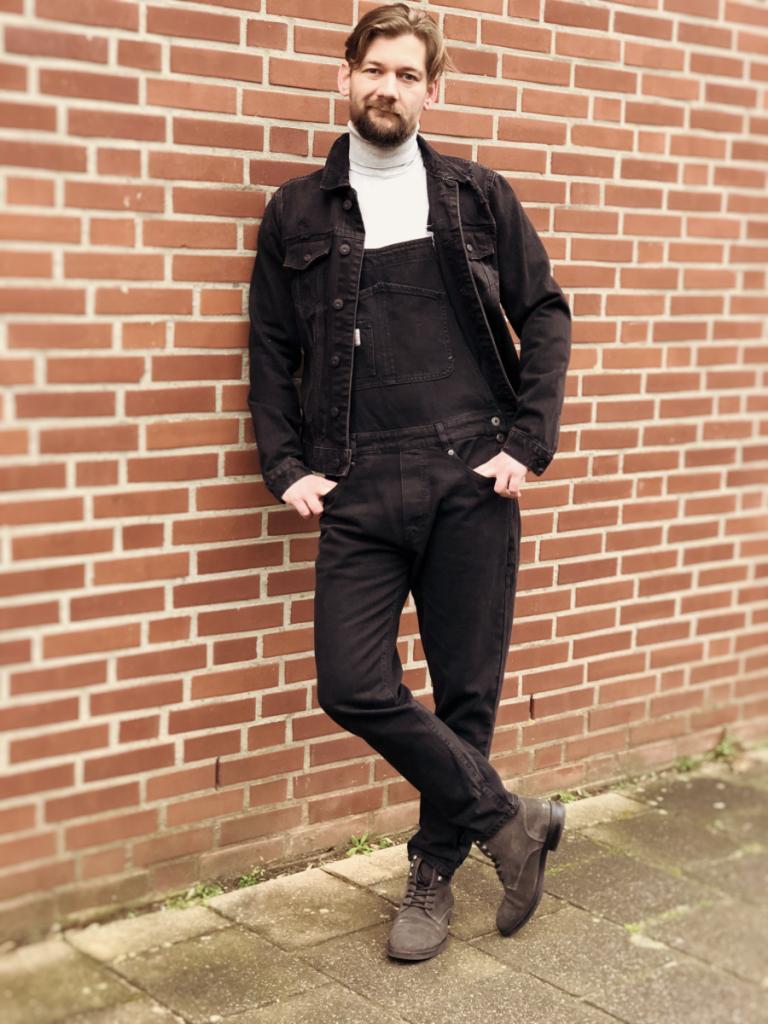 zwarte tuinbroek zwarte spijkerjas en een witte coltrui classic fashion