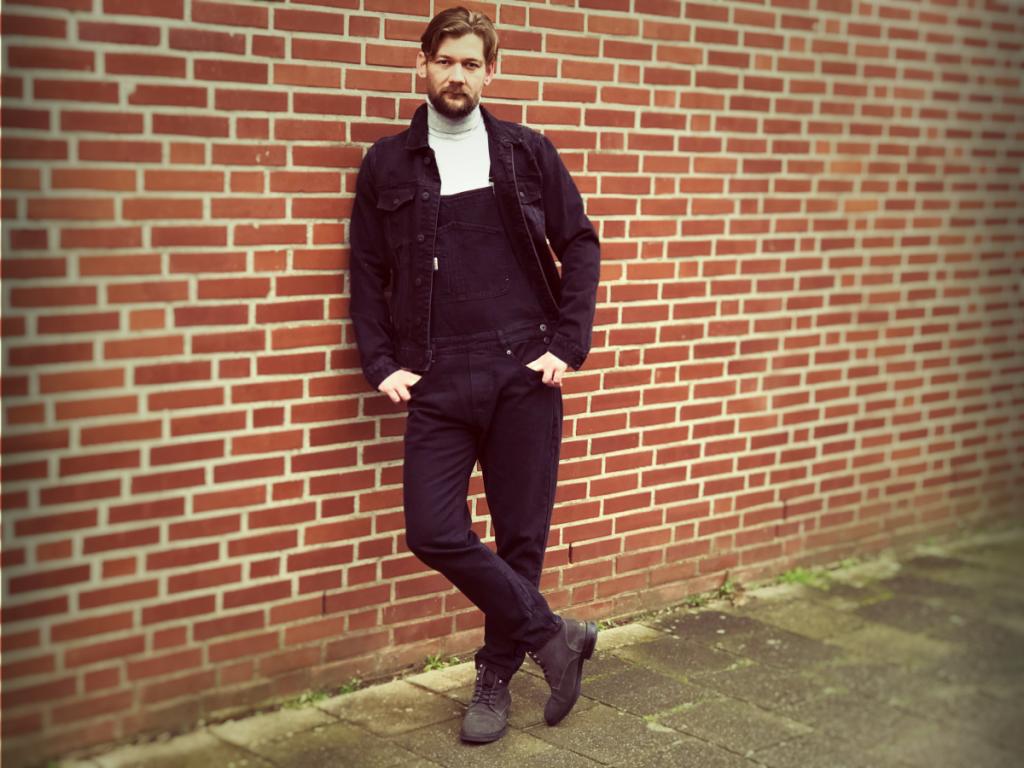 Zwarte overall met coltrui en zwarte spijker jas bij Jan Willem huffmeijer van B4men.nl