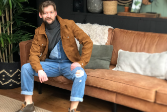 Tuinbroek met grijze coltrui en met een suède jasje