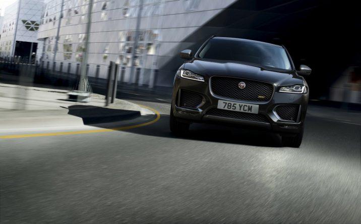 Jaguar F-Pace 300 sport voor aanzicht rijdend op de weg