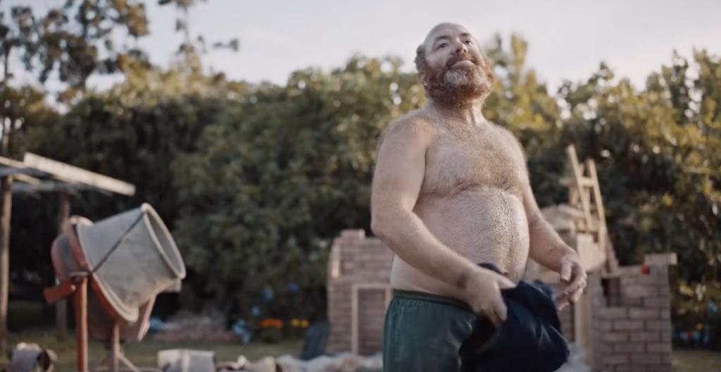 Meneer met ontbloot lijf in de Hornbach reclame
