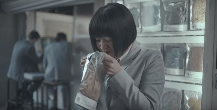 Chinese vrouw ruikt aan onderbroek in reclame Hornbach