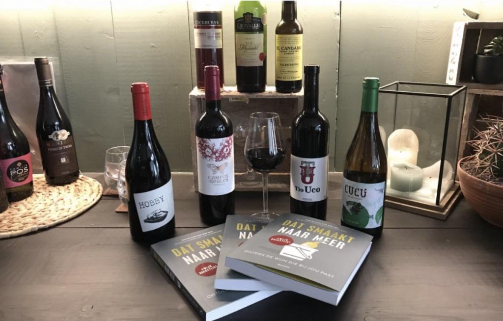 Boek dat smaakt naar meer van Jan Willem van het Hek, op de bar met verschillende soorten wijn