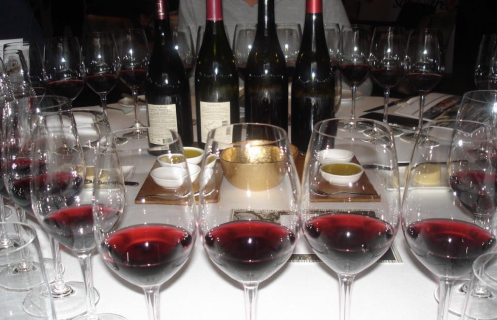 Tafel vol met wijnglazen.