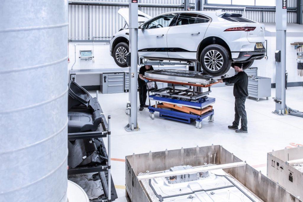 De jaguar I-Pace op de burg in de garage