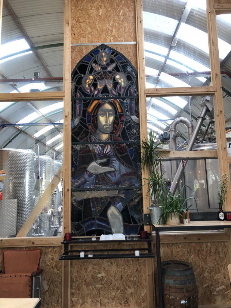 Een mooie verwijzing naar het klooster met daarachter de brouwerij.