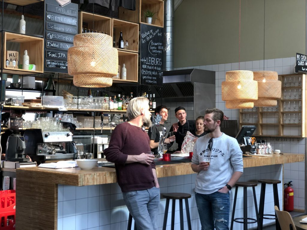 Aan de bar de De Proefzaak in Amsterdam