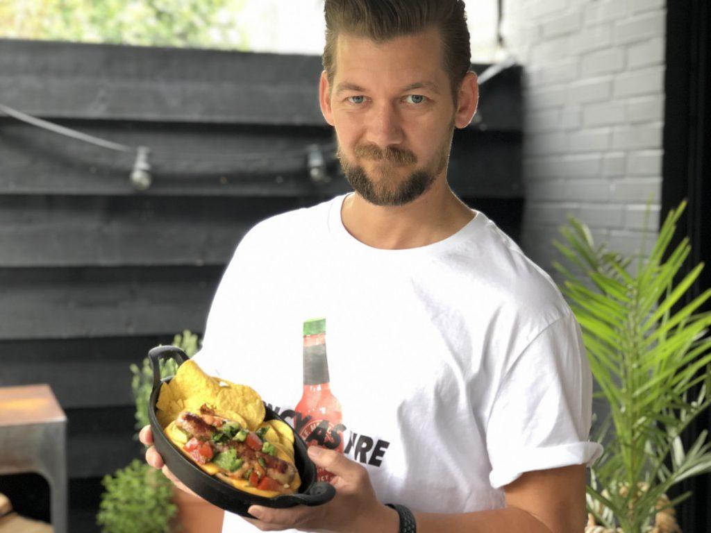 Jan Willem Huffmeijer met de Mexicaanse Hotdog in zijn handen