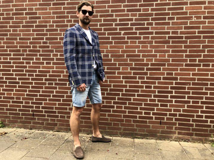 Jan Willem Huffmeijer draagt de loafers van Sebago met een korte broek en een colbert