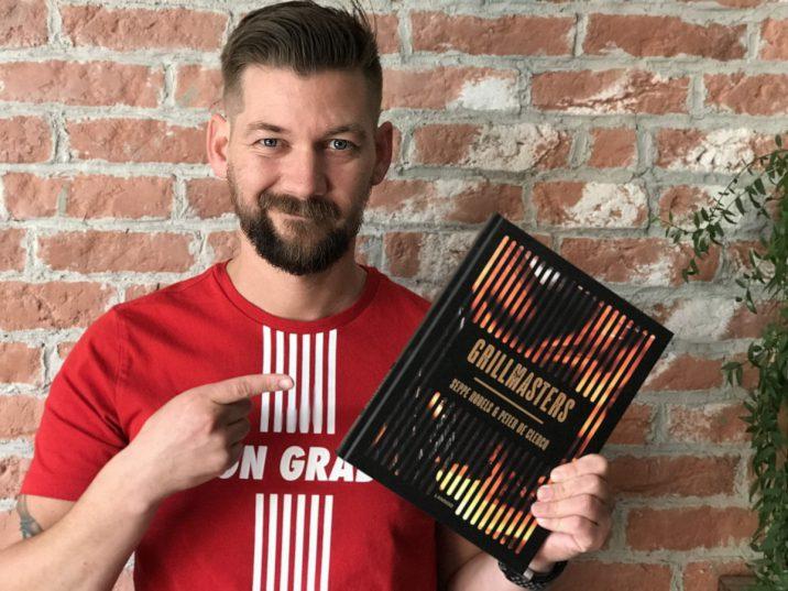 Jan Willem Huffmeijer met het boek grillmasters.