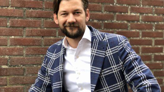 Jan Willem draagt de kleding van Van Gils