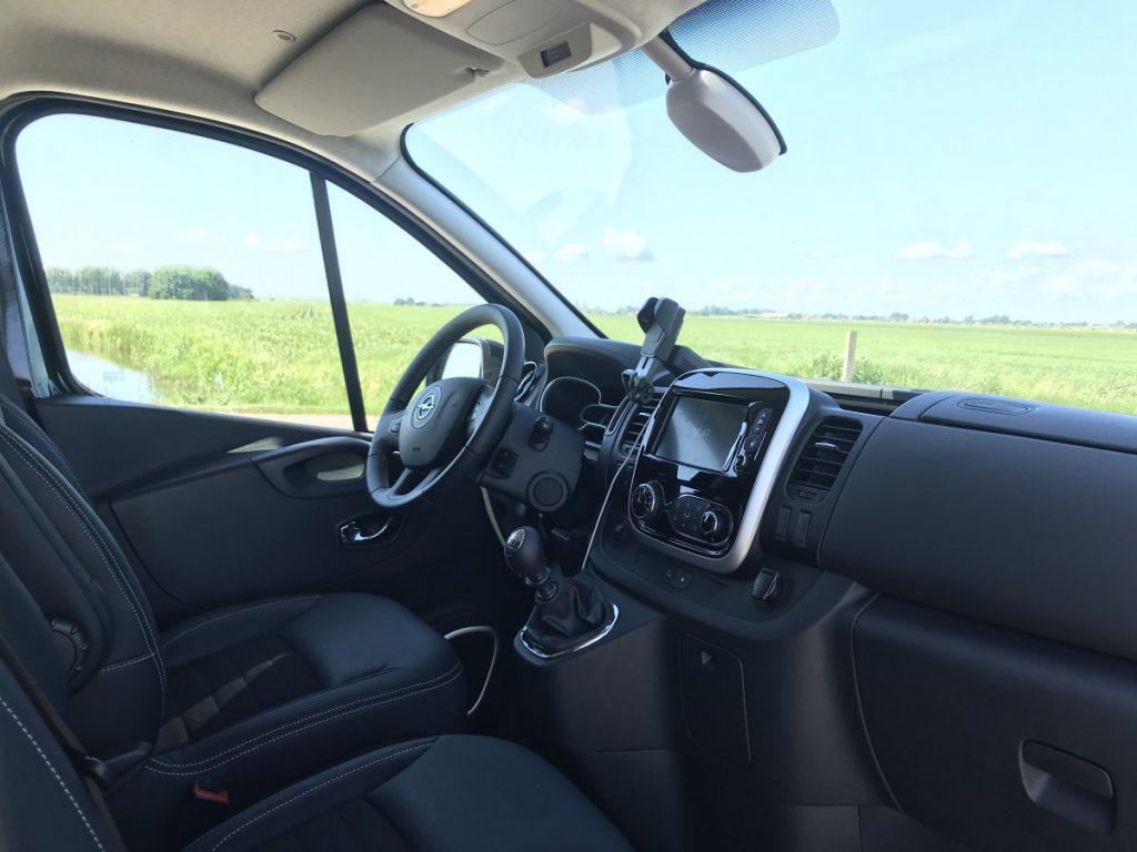 Een ruim en mooi overzicht van de cabine van de Opel Vivaro