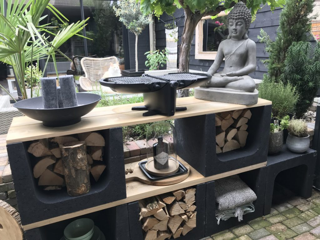 Stoere en low budget buitenkeuken met hout en beton u elementen