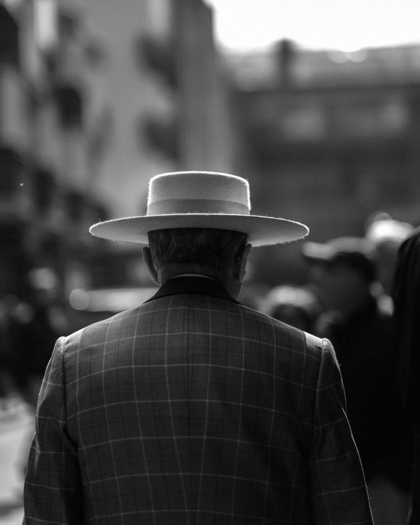 Man met hoed en pak