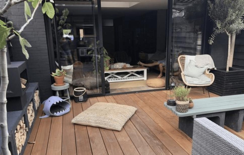 Een houten vlonder geven de tuin en de kamer het gevoel dat ze in elkaar doorlopen