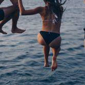 drie mensen die het water in springen in een zwemshort met een boxershort