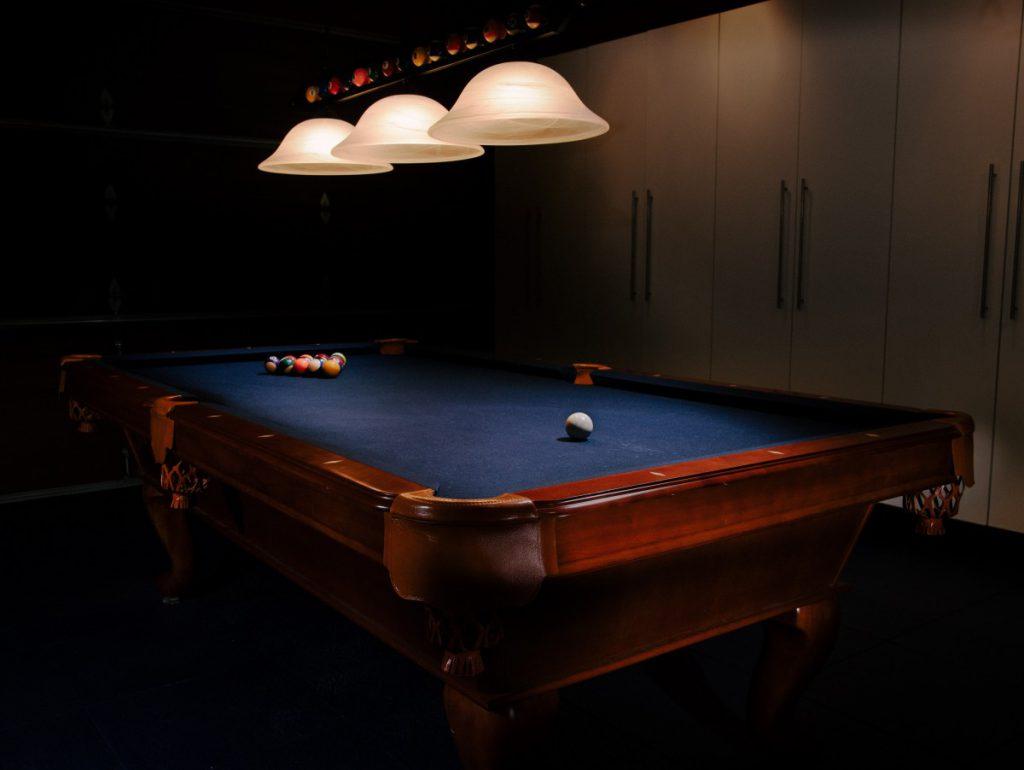 Snooker tafel voor in de mancave