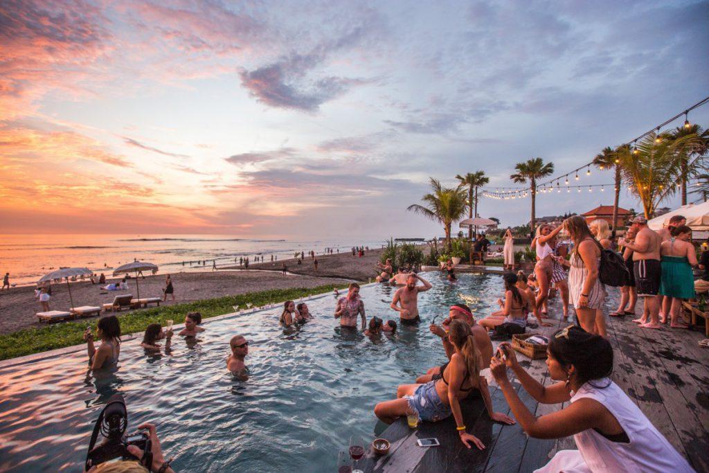 Zwembad vol met mensen