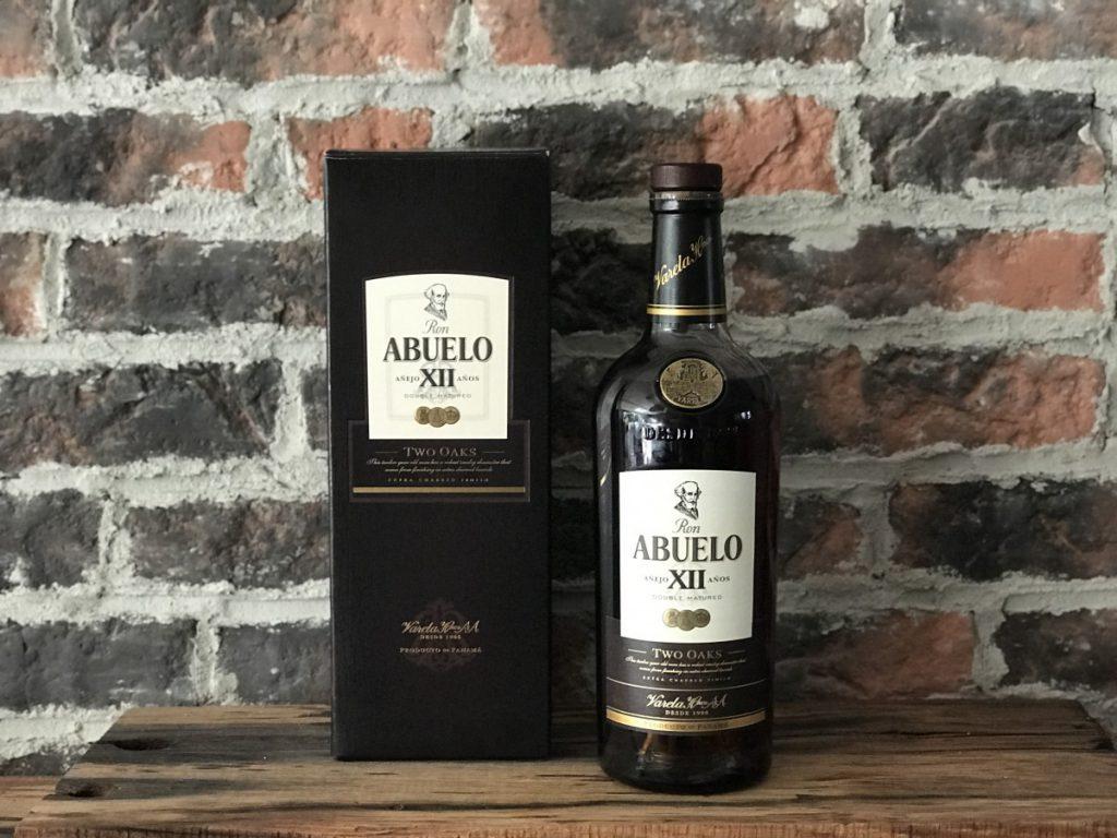 De fles en verpakking van de Abuelo rum 12 two oaks