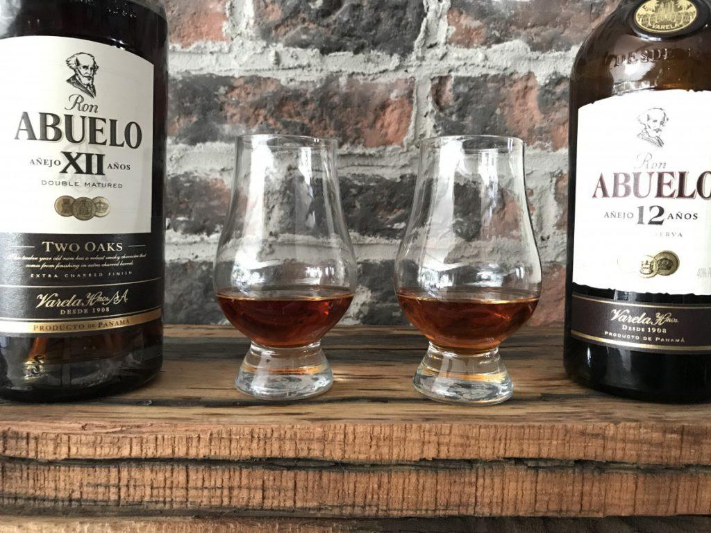 De beide 12 jaar Abuelo rums naast elkaar