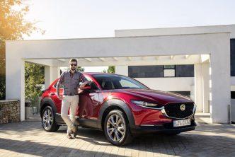 Mazda CX 30 samen met Jan Willem Huffmeijer op de foto voor een dikke villa in Spanje