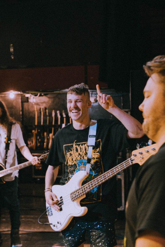 Jongen met gitaar en snor