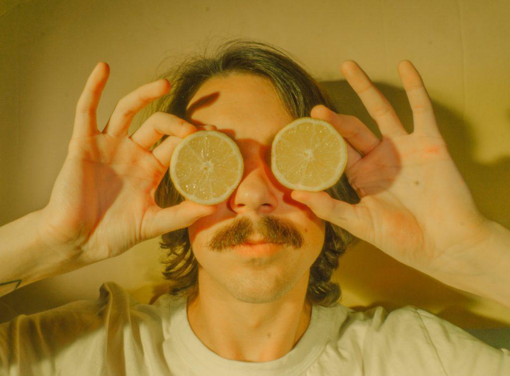 Jongen met citroenen en een snor