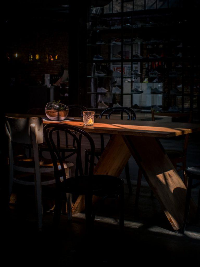 een donkere eetkamer kan heel sfeervol zijn