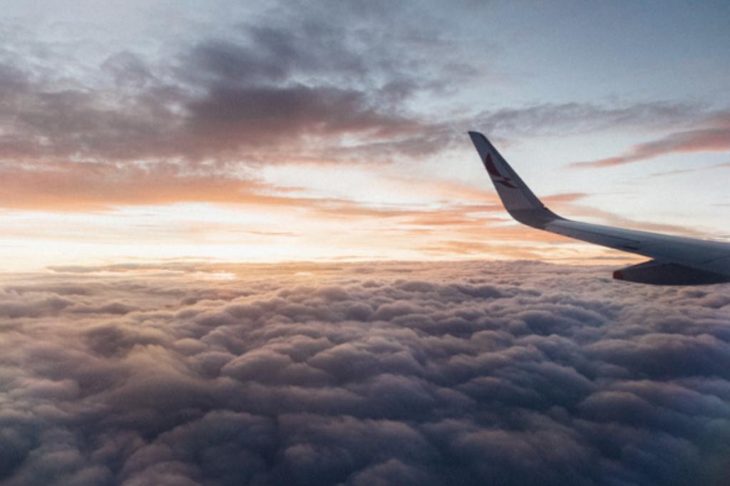 Vliegen met een vliegtuig boven de wolken