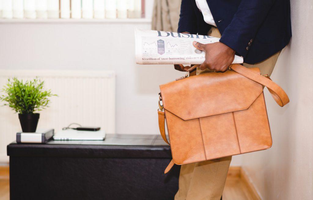 een goed tas en de juiste kleding maken casual chic tot een toffe kledingstijl voor mannen