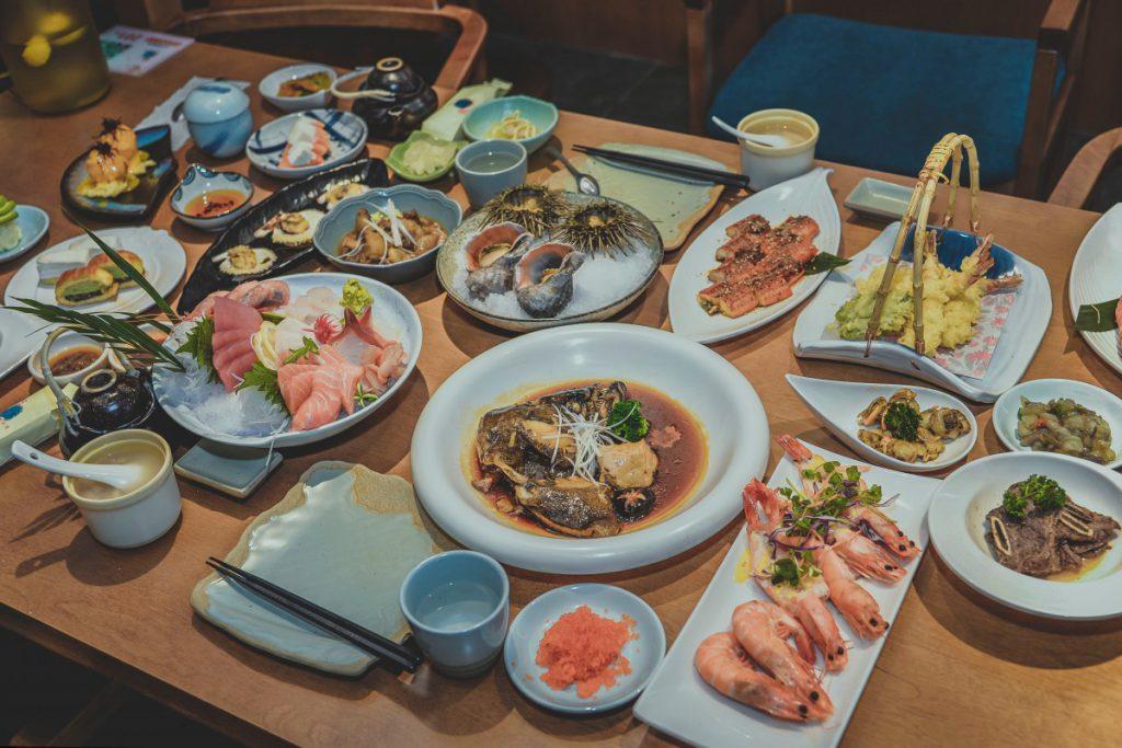 Een mooi gedekte tafel om met heel de familie van te eten